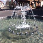 fuente ornnamental parabólica en forma de parábola en rotonda